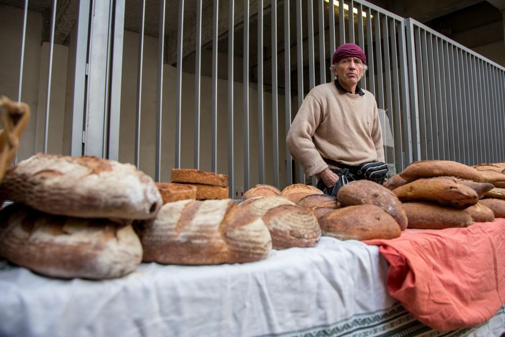Samedi 9 janvier 2016, Jean-François Vienne, boulanger et propriétaire du Four Banal d'Abbeville-Saint-Lucien, au marché bio du 104, Paris 19ème.