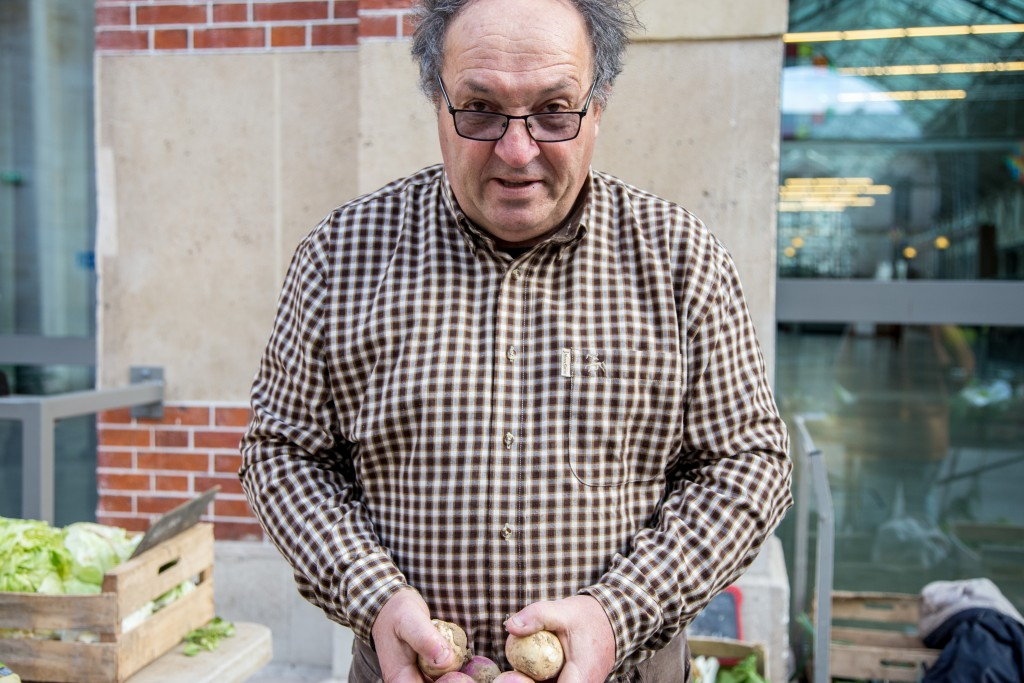 Samedi 9 janvier 2016, Loïc Boulanger, maraîcher et propriétaire de la Ferme de Marconville, au marché bio du 104, Paris 19ème.