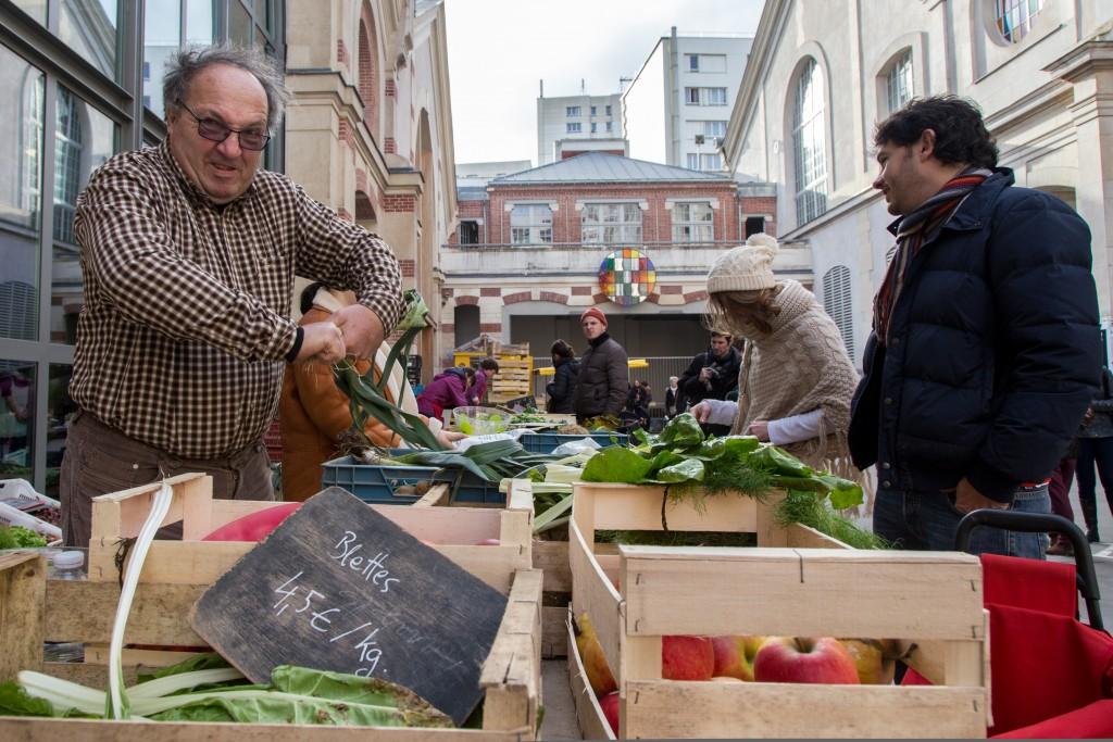 Samedi 9 janvier 2016. , Loïc Boulanger, maraîcher et propriétaire de la Ferme de Marconville, garde sa bonne humeur tous les samedis au marché bio du 104, Paris 19ème.