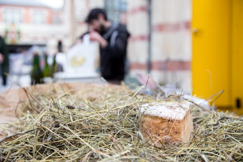16 janvier 2016, la tomme au foin de la Fromagerie Jean-Marie Beaudoin de Héricourt-sur-Thérain, vendue au marché bio du 104, Paris 19ème.