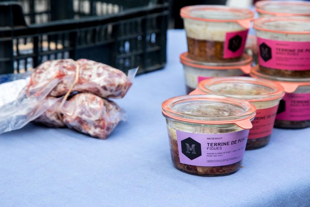 16 janvier 2016, viande et terrines de porc de la Ferme de Mésenguy, au marché bio du 104, Paris 19ème.